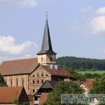 Alte-Schule-Elfershausen-mit-Kirche